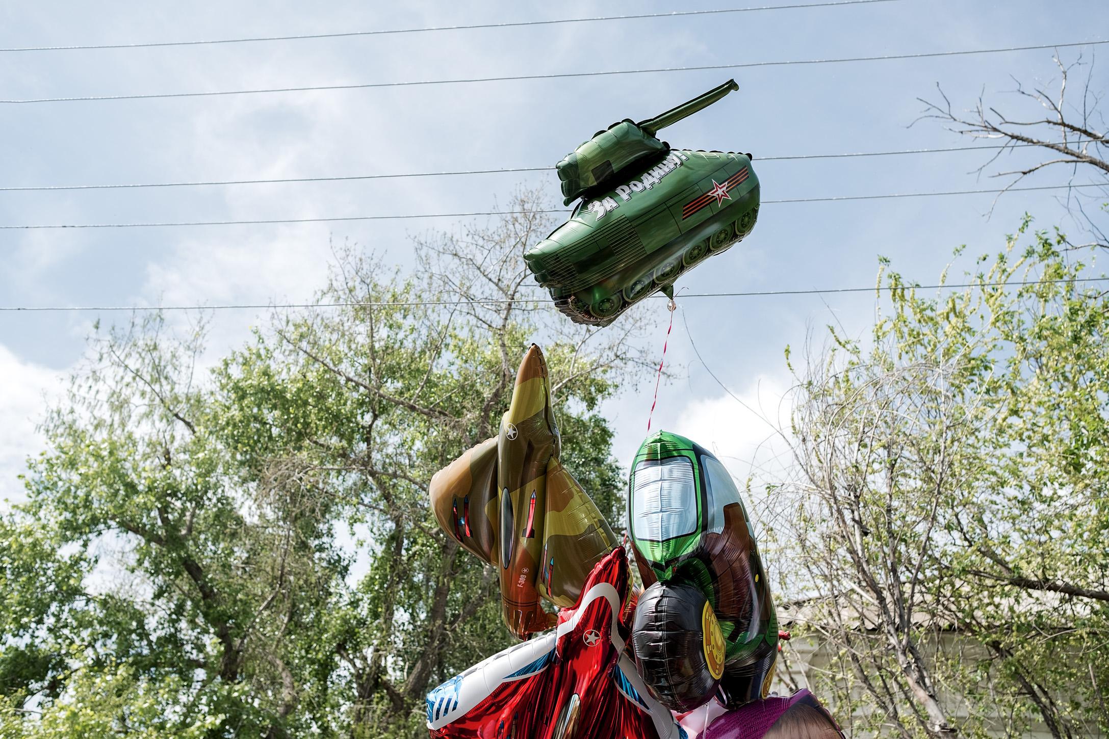 4. 9/5/17. Venta de globos infantiles con forma de tanques y aviones caza.